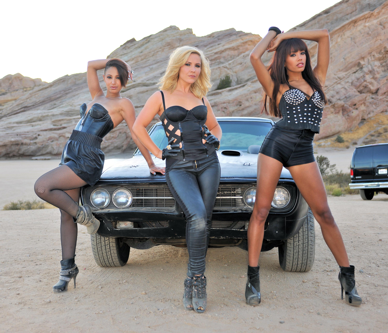 Три девушки модели и один парень 17 фотография